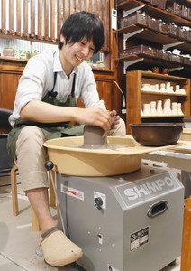 生徒とのコミュニケーションを重視した陶芸教室を開く東元生さん=金沢市大樋町で