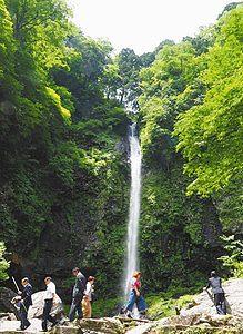 滝開きがあった「阿弥陀ケ滝」=郡上市白鳥町前谷で