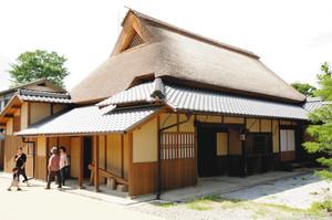 1年9カ月の大修復を終えた大庄屋諏訪家屋敷=守山市赤野井町で