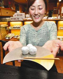 大野屋の創業180年を記念して作った菓子器「月うつわ」=高岡市木舟町で
