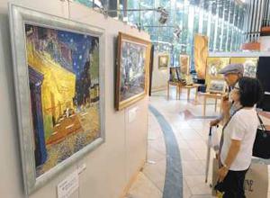 ゴッホなどの名画を西陣織で再現した作品が並ぶ会場=栄の松坂屋名古屋店で