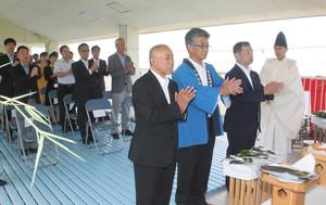 神事で安全と多くの人出を祈願する永田さん(右から3人目)ら=常滑市の坂井海岸で