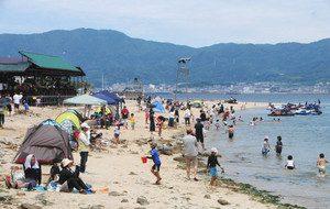 海開きを前にした催しで島に渡り、海遊びを楽しむ親子ら=蒲郡市の三河大島で