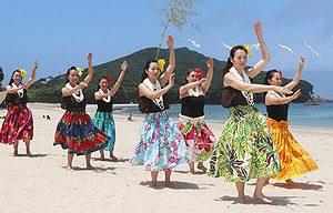 海開きを祝って披露されたフラダンス=志摩市志摩町御座の御座白浜海水浴場で