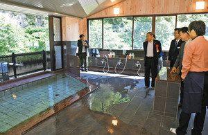 内装などを一新した「清流」の風呂を見学する出席者=白山市河内町内尾で