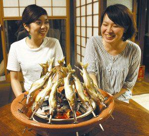炭火でこんがりと焼き上げられる振草川のアユ=いずれも愛知県東栄町で