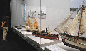 船の模型や関連写真などを展示したテーマ展=小浜市の若狭歴史博物館で