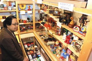 さまざまなノベルティーラジオが並ぶ特別展=松本市中央の日本ラジオ博物館で