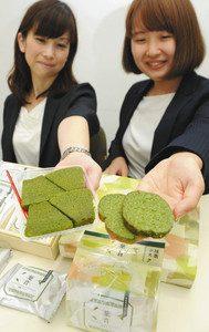 ヤタローが新たに展開する「葉音-HANON-」シリーズの(左から)抹茶バウムクーヘンと抹茶ラスク=浜松市中区の浜松商工会議所で