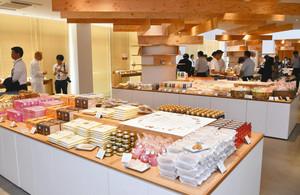 知多半島の食材を使った限定の土産物などが並ぶ売店=阿久比町の阿久比PAで