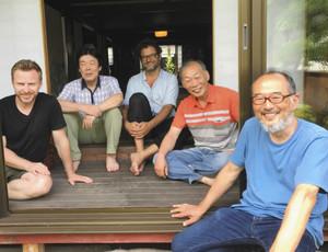 主催した西村さん(右)と、アーティストの皆さん=彦根市高宮町の不破邸で