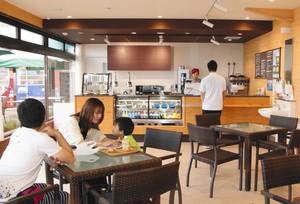 改装してメニューも一新した「レインボーカフェ」の店内=レインボーライン第1駐車場で