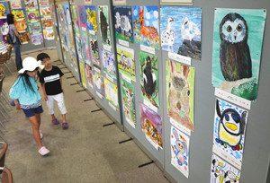 動物写生大会で入選した作品が並ぶ展覧会