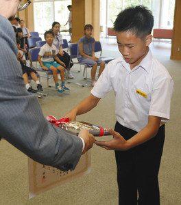 表彰式で賞状と盾を受け取る小山大斗さん=いずれも富山市古沢の市ファミリーパークで
