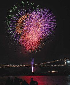 昨年大会で打ち上げられた花火=美濃市曽代で