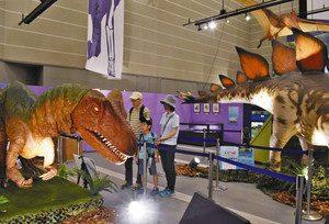実物大の動く恐竜模型が展示された会場=豊橋市大岩町の市自然史博物館で
