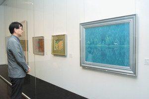 公開されている東山魁夷の「緑響く」の作品(右)=茅野市美術館で