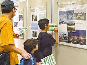 原爆パネル展でスタンプラリーに参加する親子=名古屋市港区のイオンモール名古屋みなとで