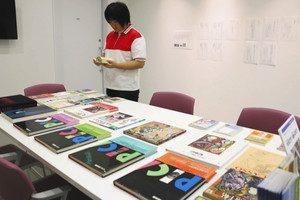 ピカソの画集や評論などが並ぶ展示スペース=小矢部市鷲島で