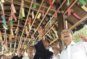 回廊につるされた約1000個の風鈴=伊賀市上野徳居町で
