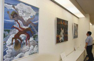 戦争や原爆の恐ろしさを描いた絵画が並ぶ会場=輪島市文化会館で