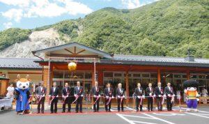 道の駅の開業を祝うテープカット=大鹿村大河原の「歌舞伎の里大鹿」で
