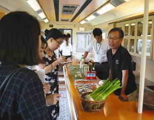 観光列車「つどい」の車内には菰野町の特産品などが並ぶ