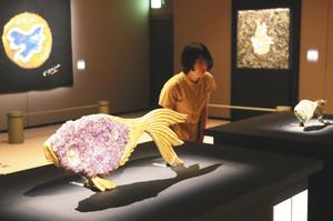 フランスの画家ジョルジュ・ブラックがデザインした宝飾品や陶器が並ぶ会場=岡崎市美術博物館で
