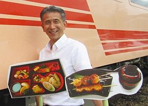 「五平餅列車」をPRする関係者=恵那市明智町で