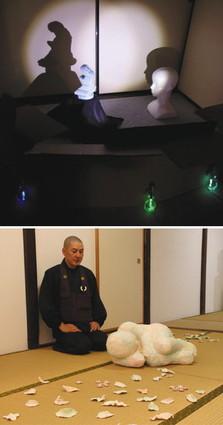 【上】人の頭部と赤ちゃんを抱く母親の造形物を並べた空間芸術作品【下】立体作品などが並ぶ会場=いずれも金沢市野町の常松寺で