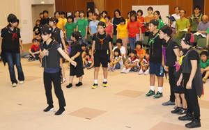 とべないホタルの練習をするメンバー=高岡市ふれあい福祉センターで