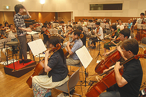 本番に向けて音を合わせる浜松市民オーケストラの団員たち=浜松市中区で