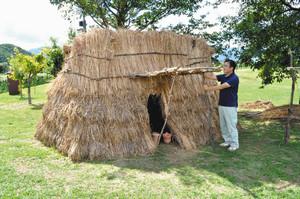 ひらいで遺跡まつりで公開される「縄文風の小屋」=塩尻市宗賀の平出遺跡公園で