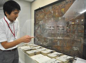 白水小の当時の児童が書いた作文や絵。被害の甚大さが伝わってくる=名古屋市瑞穂区の市博物館で