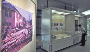 伊勢湾台風の被害を伝える写真などが飾られている館内=名古屋市瑞穂区の市博物館で