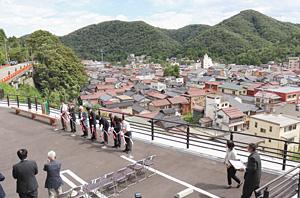温泉街の家並みや山々を一望できる展望広場=加賀市山中温泉薬師町で