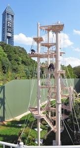 新しく完成したチンパンジータワー=名古屋市千種区の東山動植物園で
