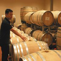 オークのたるが並ぶサンサンワイナリーの醸造庫=いずれも長野県塩尻市で