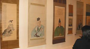 「芸妓図」(左端)や人物画などが並ぶ会場=田原市博物館で