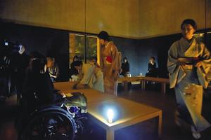 ユニバーサルデザインいしかわが昨年開催した暗闇の中での茶会。「ダイアログ-」ではさらに真っ暗な光のない中で、さまざまな体験をする=金沢市内で(ユニバーサルデザインいしかわ提供)