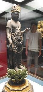 公開されている美浜町青蓮寺の観音菩薩立像=小浜市の若狭歴史博物館で