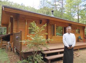 自然豊かな平谷高原でカフェを開いた岡田さん=平谷村で