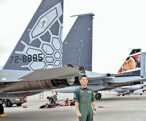 ドラゴンのうろこが描かれた303飛行隊の機体(左)と、弁慶や富樫が描かれた306飛行隊の機体=小松市の小松基地で