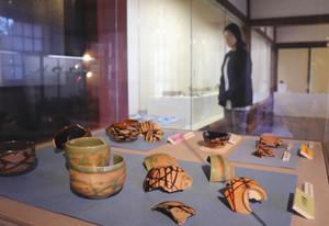 富山城下町から出土した陶磁器が並ぶ会場=富山市陶芸館で