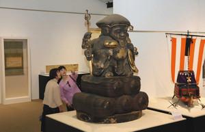 市内の寺院が所蔵する巨像など、初出品や初公開の貴重な文化財が集められた会場=碧南市藤井達吉現代美術館で