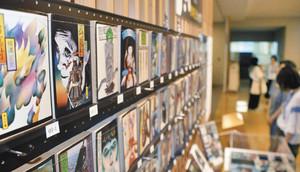 「八つ墓村」など杉本さんが表紙絵を担当した文庫本=越前市中央図書館で