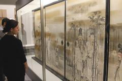 襖の表に描かれた狩野栄信「竹林七賢図」=県富士山世界遺産センターで