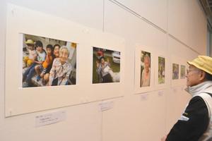 高齢者の表情豊かな写真が並んでいる会場=茅野市美術館で