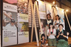 ほとけの言葉と写真展を開いている藤谷さん(後列(左))、高橋さん(同(右))、居川さん(前列左から2人目)、竹中さん(同3人目)=長浜市木之本町の明楽寺で