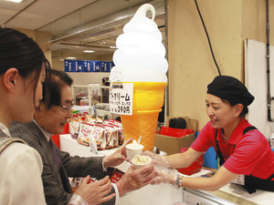 北海道のソフトクリームなどが味わえる全国うまいもん博=津市東丸之内の津松菱で